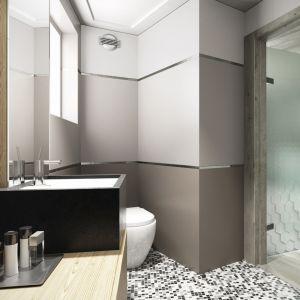 Ścianę w łazience wieńczy satynowe szkło Colorimo Sati w kolorze orzechowym. Fot. Mochnik