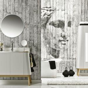 Ścianę w łazience wykończono łatwym w montażu systemem ściennym Kerradeco (suchy montaż paneli) firmy VOX z dekorem Concrete. Fot. VOX