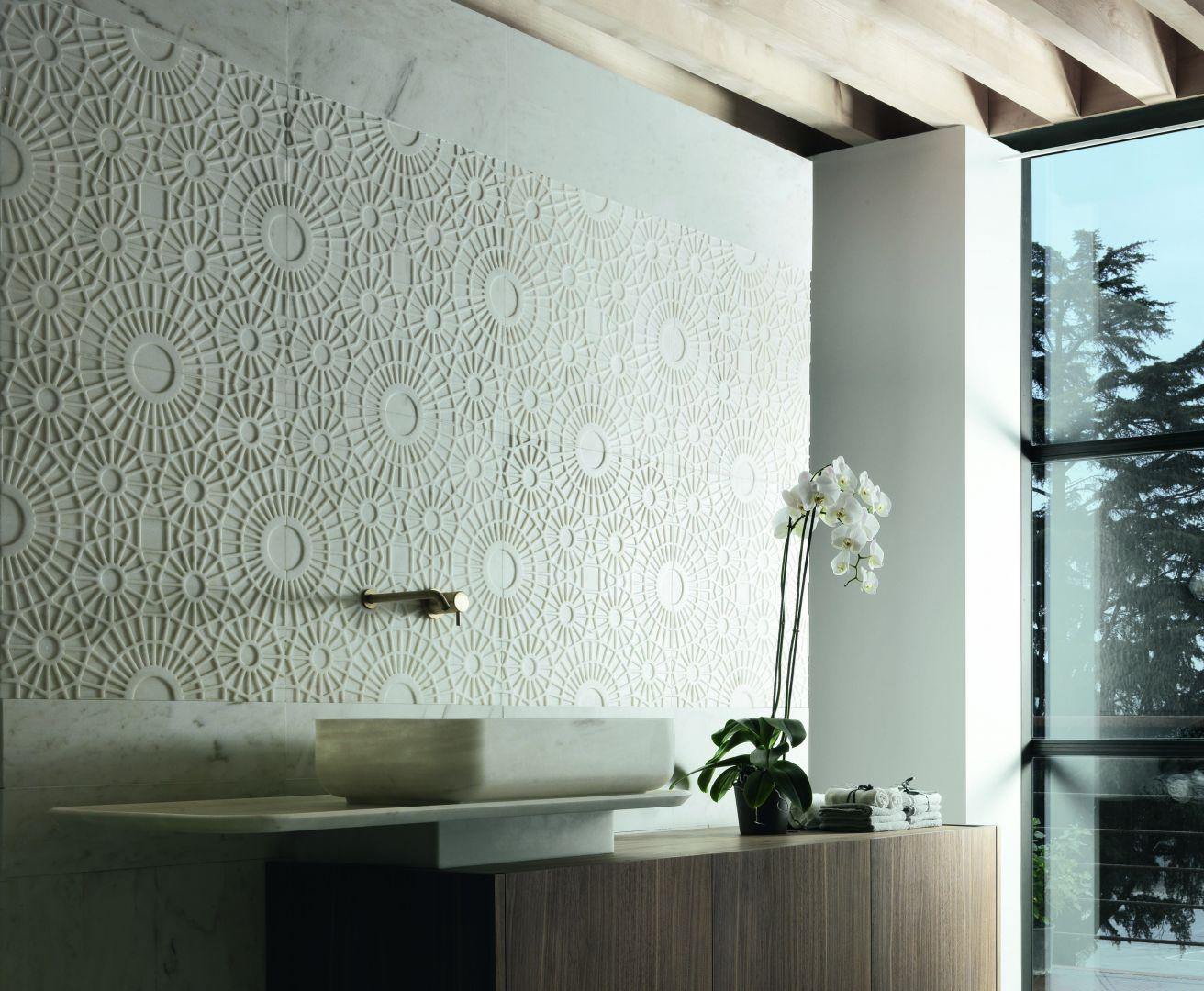 Trójwymiarowe płytki marmurowe Merletto firmy Kreoo stanowią piękną dekorację ściany w łazience. Fot. Kreoo