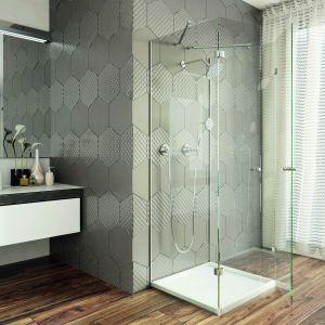Heksagonalne szklane płytki o różnych fakturach z kolekcji Colorimo Esagono wieńczą ścianę w łazience. Fot. Mochnik