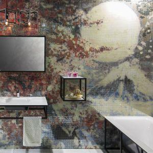 Ścianę w łazience wykończono szklaną mozaiką firmy Krzemień, na którą naniesiono grafikę z panoramą Japonii. Fot. Krzemień