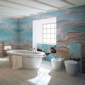 Fototapeta z kolekcji Nature Hues z oferty firmy Pixers zdobi ścianę w łazience. Fot. Pixers