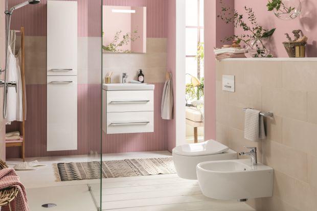 Wprowadzenie do łazienki koloru to świetny sposób na urozmaicenie aranżacji. Zobaczcie, jak w tej przestrzeni prezentuje się pudrowy róż.