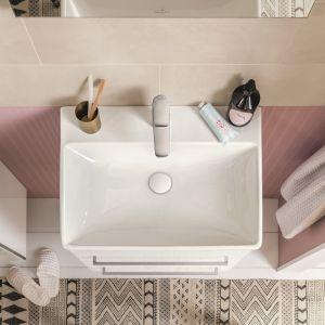 Aranżacja łazienki z pudrowym różem na ścianach; meble i umywalki z kolekcji Avento. Fot. Villeroy&Boch