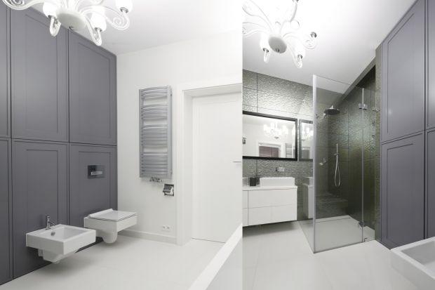 Urządzając łazienkę Polacy wciąż najchętniej wybierają zabudowę robioną na wymiar. Daje to możliwość zaplanowania praktycznych szafek pod sam sufit.
