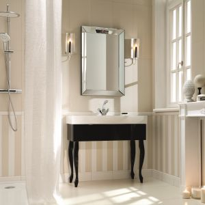 Przykład eleganckiej aranżacji łazienki w stylu klasycznym zaprezentowany przez firmę Tubądzin. Na zdjęciu płytki z kolekcji Elementary. Fot. Tubądzin