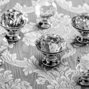 Uchwyty meblowe z kolekcji Crystal dodadzą pożądanego blasku łazience w stylu Glamour. Fot. GTV