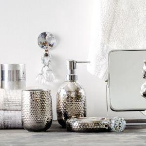 Akcesoria łazienkowe idealne do wnętrza w stylu glamour. Fot. Home & You