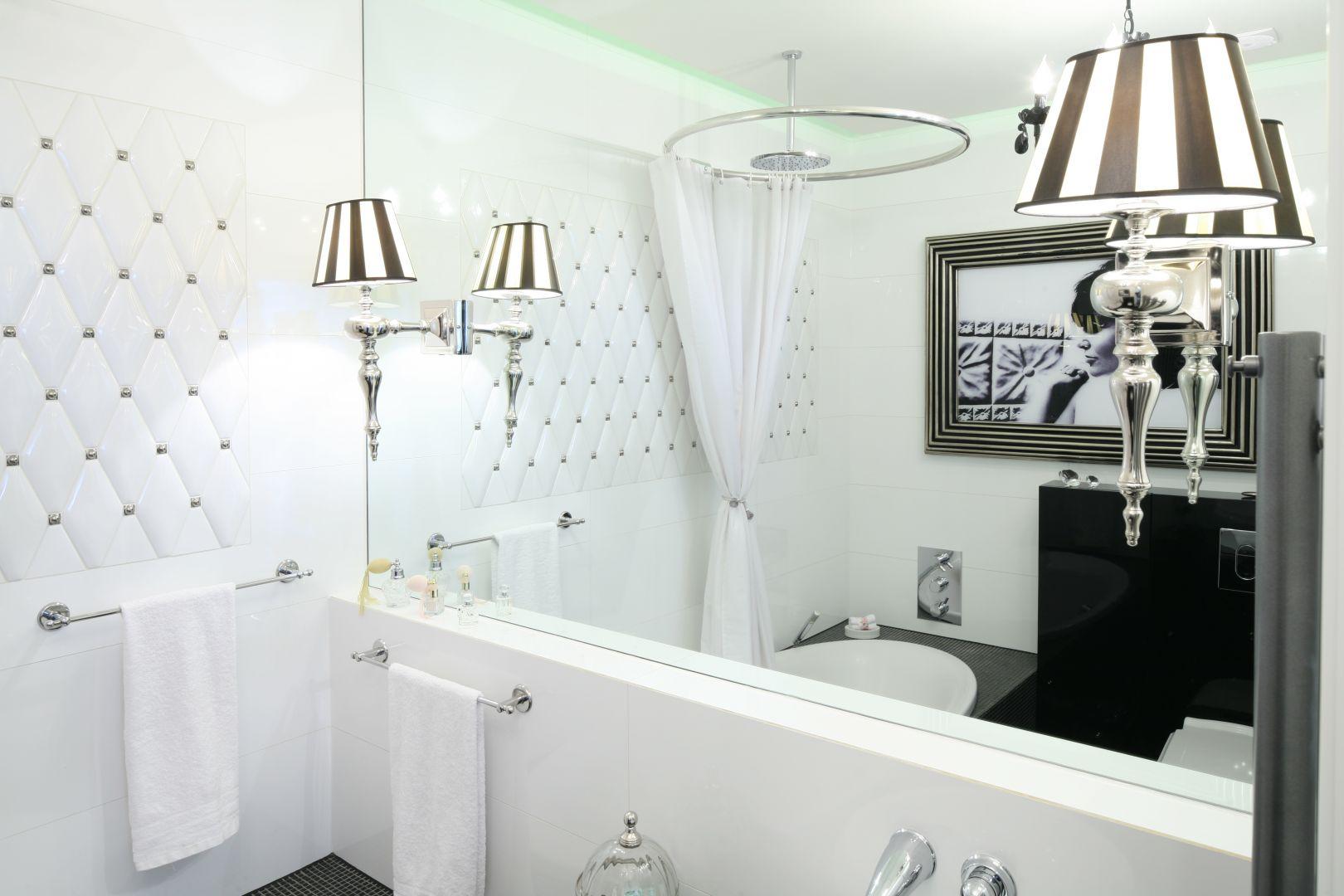 Łazienka w stylu glamour z dominującą bielą. Proj. Małgorzata Galewska. Fot. Bartos Jarosz