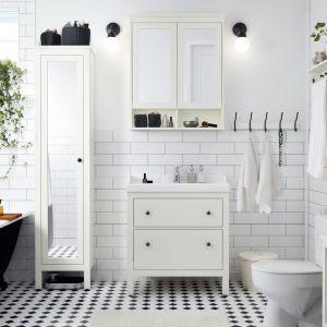 Białe meble łazienkowe, w tym szafka z lustrem Hemnes i szafka pod umywalkę Hemnes/Rattviken. Fot. IKEA