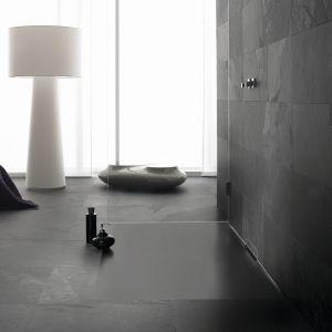 Przykład trendu na bezprogową strefę prysznica: ultrapłaski, montowany na równi z podłogą brodzik Xetis ze stali emaliowanej firmy Kaldewei. Fot. Kaldewei