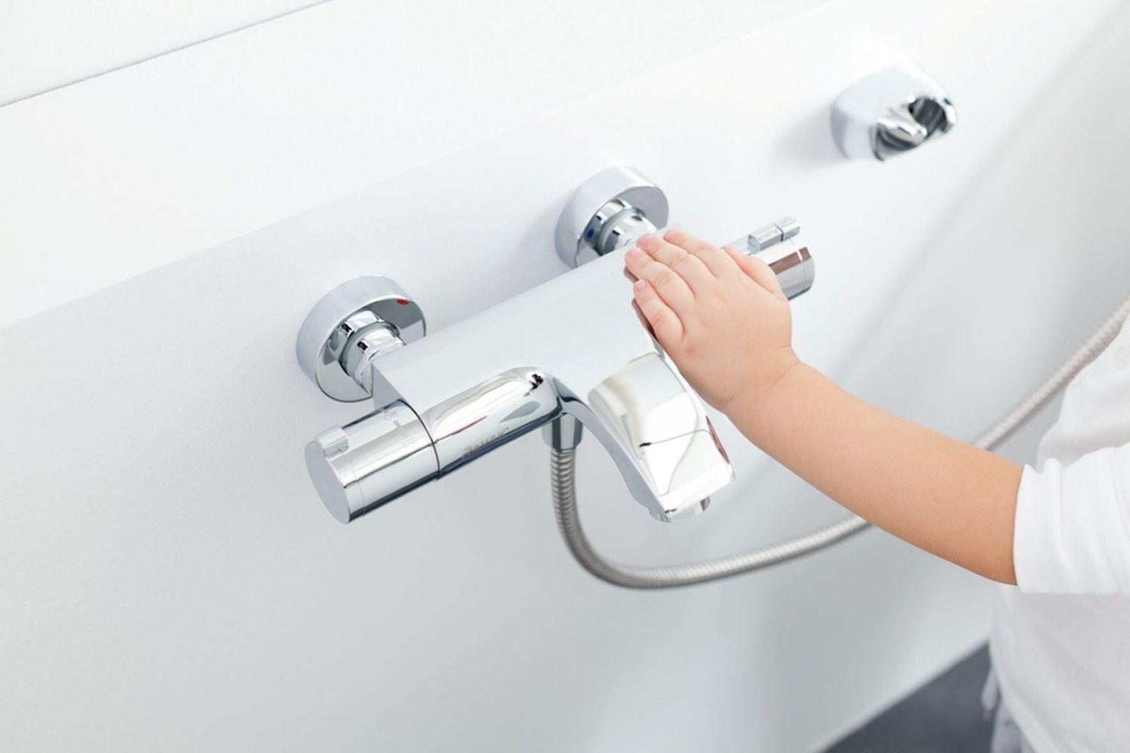 Wannowa bateria ścienna termostatyczna TE 082.00 firmy Ravak  zapewnia oszczędność wody i energii oraz chroni przed poparzeniem. Fot. Ravak