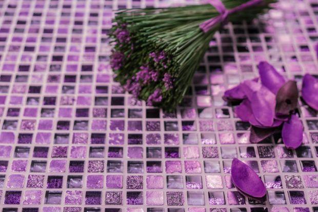 Instytut Pantone, największy ogólnoświatowy autorytet w dziedzinie kolorów wytypował na barwę roku 2018 intensywny odcień fioletu, Ultra Violet. Jak może wyglądać w łazience?