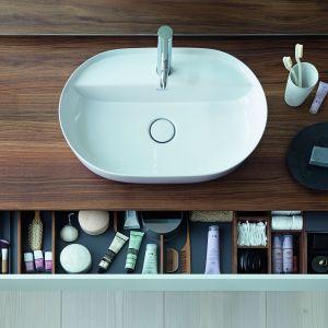 """Organizery w meblach zmieniły sposób, w jaki przechowujemy rzeczy w łazience. Liczne przegródki o różnej szerokości i szuflady o różnych wysokościach zapewniają świetne miejsce na wszelkie łazienkowe """"szpargały"""". Na zdjęciu komoda z serii Luv zaprojektowanej przez Cecilie Manz dla firmy Duravit. Fot. Duravit"""