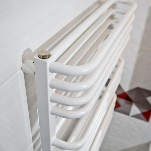 Model Salto jest idealny w niewielkim wnętrzu,w którym każdy centymetr powierzchni musi być wykorzystany. Mnóstwo miejsca do suszenia i wieszania ręczników, powstałego poprzez zastosowanie specjalnych krzywizn pod kątem 90 stopni. Fot. Luxrad