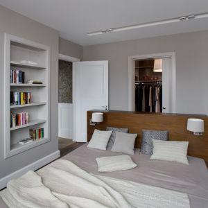 Pokój kąpielowy urządzono bezpośrednio przy sypialni Pani i Pana domu. Proj. Anna Koszela. Fot. Rafał Lipski