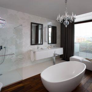 W salonie kąpielowym podłogi wykończono pięknymi egzotycznymi drewnianymi deskami. Proj. Anna Koszela. Fot. Rafał Lipski