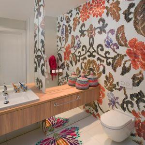W łazience dla dzieci architekt wprowadziła dużo koloru. Proj. Anna Koszela. Fot. Rafał Lipski