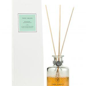 Dyfuzor zapachowy z patyczkami True Grace będzie się pięknie prezentować w łazience i roztaczać przyjemny zapach rozmarynu i eukaliptusa. Mood-Design.pl