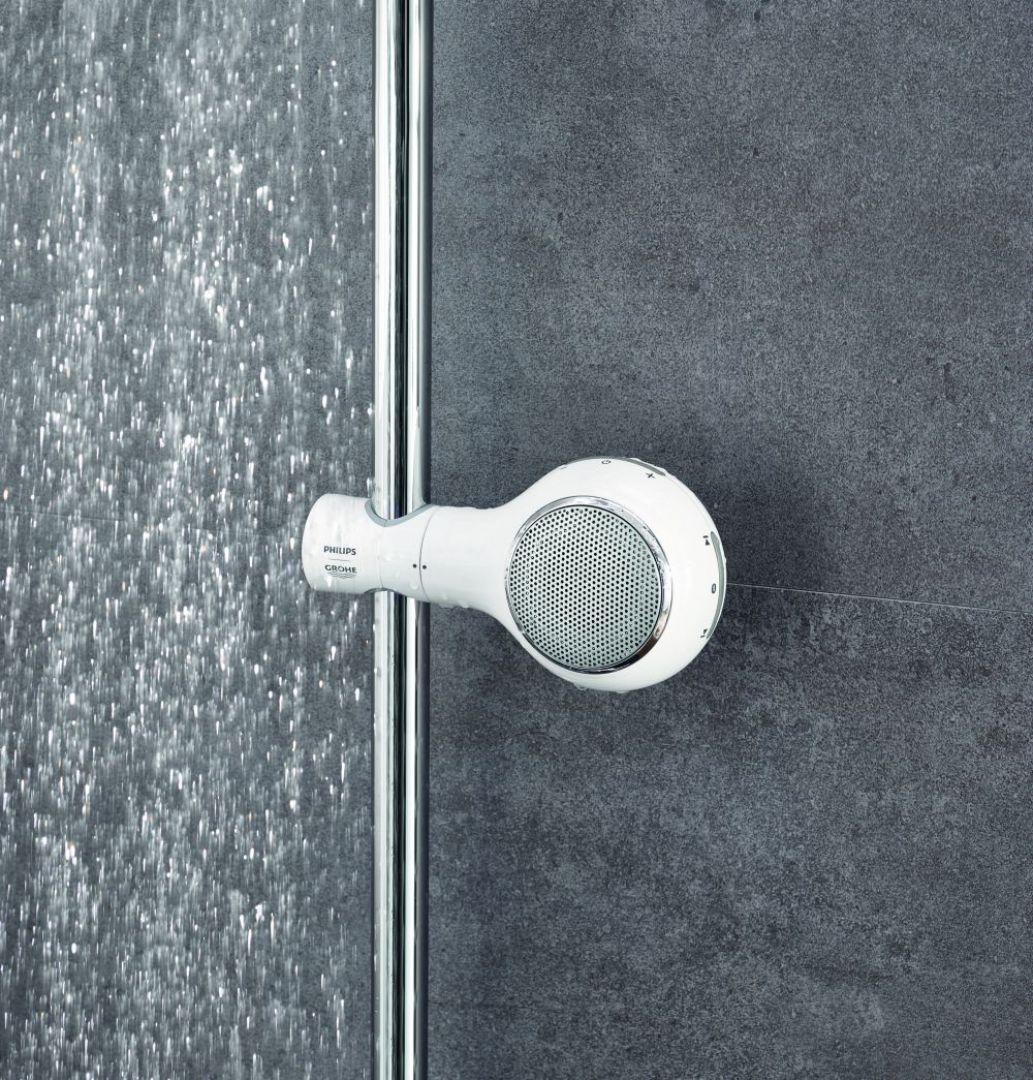 Bezprzewodowy wodoodporny głośnik Aquatunes pasuje wyglądem do łazienki; mocuje się go na drążku prysznicowym. Fot. Grohe/Philips