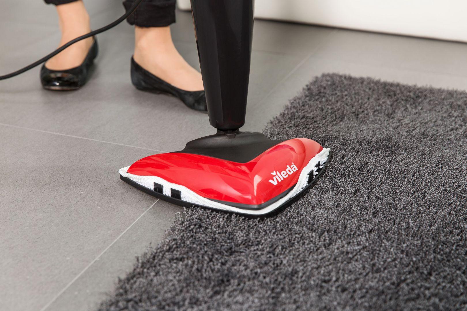 Zdezynfekuj dywany przy pomocy mopa parowego. Czyszczenie parą zdezynfekuje powierzchnię dywanu, dzięki czemu łatwiej będzie go odkurzyć. Fot. Vileda