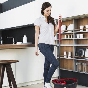 Przed domówką dokładnie posprzątaj mieszkanie. Będzie Ci łatwiej uprzątnąć je po imprezie. Fot. Vileda