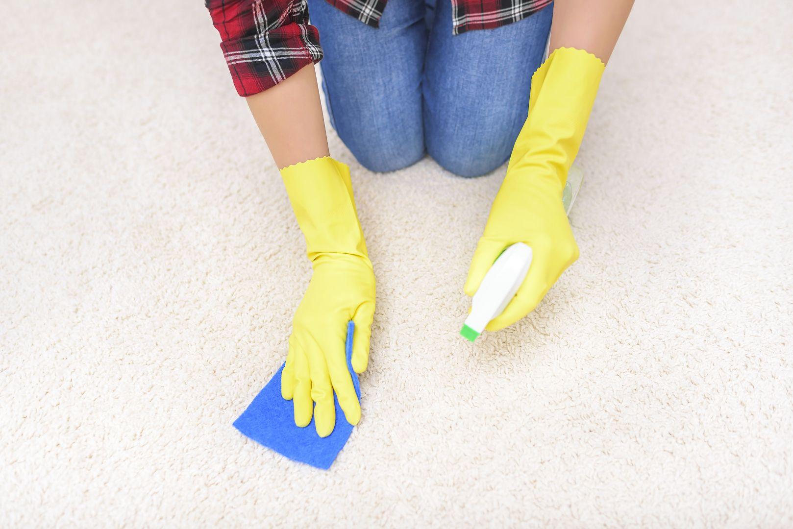 Nie zapomnij wyczyścić dywanu z brokatu. Pozbyć się go pomoże kawałek taśmy klejącej lub... plastelina. Możesz też użyć wałka do ubrań. Fot. 123rf