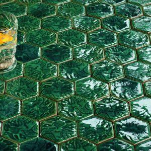 Heksagonalna mozaika z kolekcji Barcelona kreacji Macieja Zienia dla Tubądzin, w kolorze butelkowej zieleni. Fot. Tubądzin