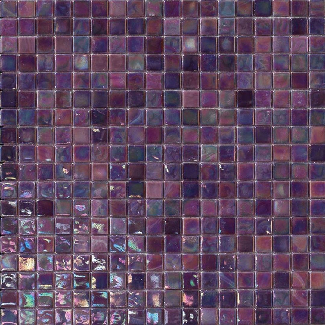 Szklana mozaika w różnych odcieniach fioletu z kolekcji Perle marki Mosaico+. Fot. Mosaico+