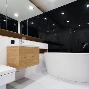 Ściana w łazience wykończona czarnym szkłem. Proj. Monika i Adam Bronikowscy. Fot. Bartosz Jarosz