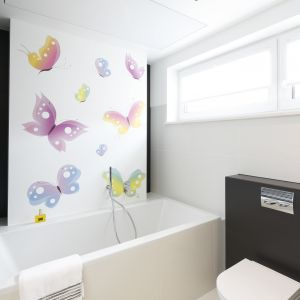 Ścianę w łazience nad wanną zdobią kolorowe motylki. Proj. Agnieszka Hajdas-Obajtek. Fot. Bartosz Jarosz