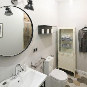 Ściana w łazience wykonana została z pomalowanej szarą farbą płyty MDF. Proj. Katarzyna Moraczewska, Barbara Przasnyska. Fot. Bartosz Jarosz