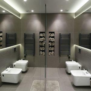 Ogromna lustrzana tafla pokrywa ścianę w łazience. Proj. Joanna Scott, Małgorzata Muc. Fot. Bartosz Jarosz