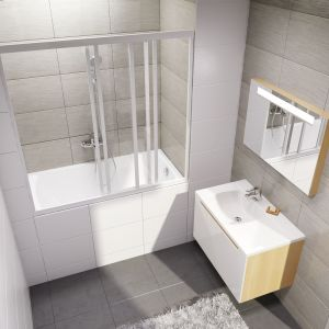 Wanna Classic firmy Ravak z parawanem nawannowym z drzwiami przesuwnymi, zamykającym przestrzeń kąpieli we wnęce. Fot. Ravak