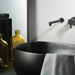 Czarna bateria umywalkowa o nowoczesnej, minimalistycznej formie Diametro 35 firmy Ritmonio. Fot. Ritmonio