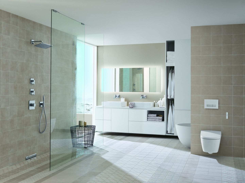 Łazienka w kolorach natury i przycisk spłukujący Sigma40, który jest wyposażony w funkcję usuwania zapachów bezpośrednio z miski WC. Fot. Geberit