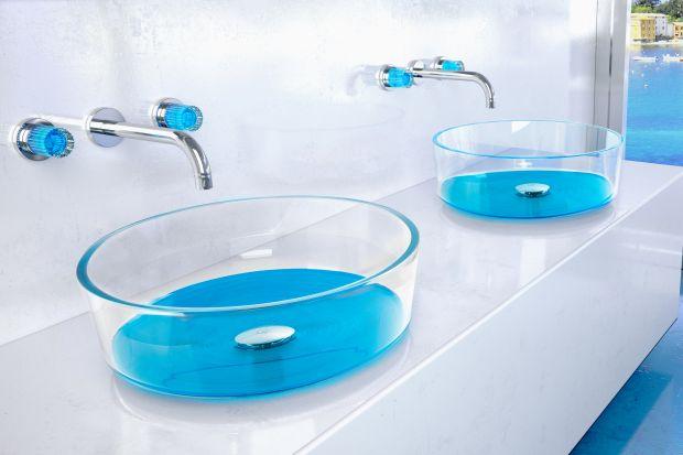 W tym sezonie żywe kolory w aranżacji wnętrz są na topie. W łazience kolor możemy wprowadzić na przykład do strefy umywalki. Kolorowe mogą być akcesoria łazienkowe, bateria, ale także... umywalki.