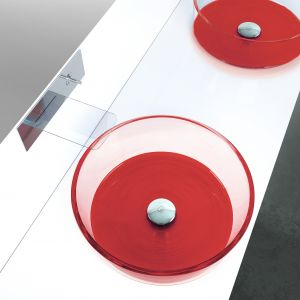 Szklana umywalka nablatowa z kolekcji Drop Katino w kolorze Red. Fot. Glass Design