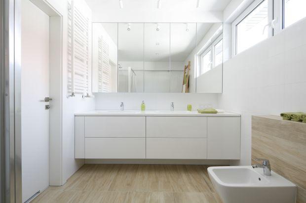 Mała łazienka może być wyzwaniem aranżacyjnym. Całe szczęście istnieje wiele sposobów na powiększenie jej optycznie. Jednym z nich są lustrzane szafki.