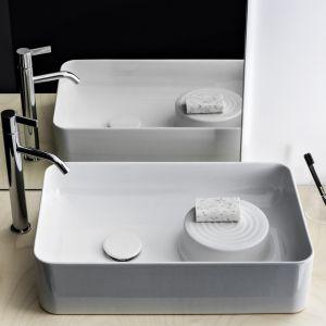 Nablatowa umywalka z serii Val marki Laufen. Proj. Konstantin Grcic. Fot. Laufen