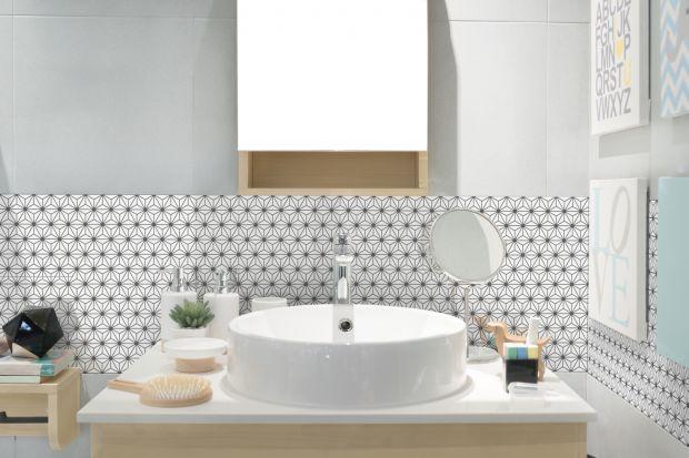 Z jednej strony - wielkoformatowe płyty, z drugiej - drobne mozaiki. W tym roku zarówno duży, jak i mały format są mile widziane w łazienkch!