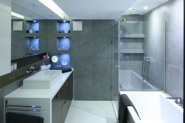 Mimo coraz odważniejszych barw mianowanych kolorami roku, urządzając łazienkę wciąż najchętniej sięgamy po stonowane barwy. Na przykład szarość.