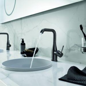 Bateria umywalkowa z serii Essence w eleganckim, czarnym kolorze. Fot. Grohe