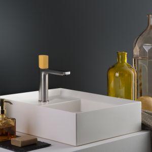 Bateria umywalkowa z serii Haptic The World's Colors ma uchwyt z betonowych żywic w ciepłym, żółtym kolorze. Fot. Ritmonio