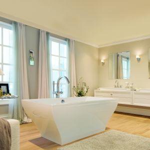 Elegancki i przytulny salon kąpielowy z wolno stojącą baterią wannową Grandera marki Grohe. Fot. Grohe