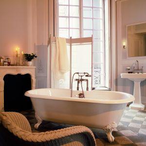 Salon kąpielowy urządzony w klasycznym stylu z armaturą z serii Montreux marki Axor. Fot. Hansgrohe