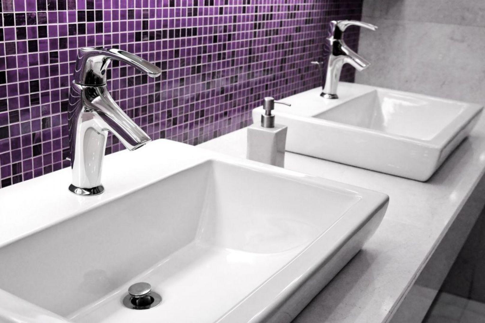 Ściana w strefie umywalki w kolorze Ultra Violet z fugą Saphir. Fot. Sopro