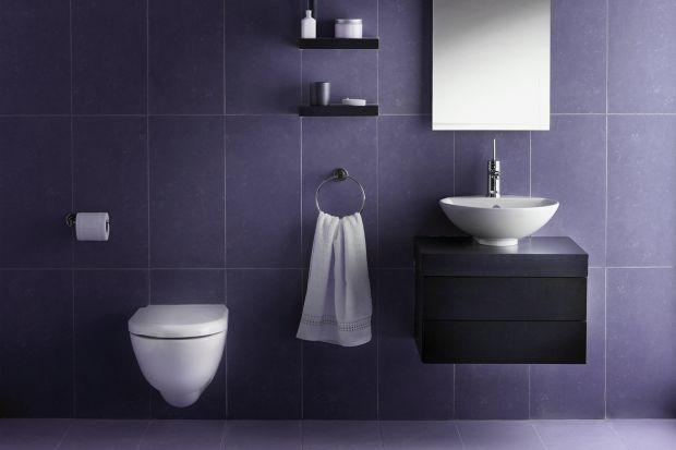 Czy Ultra Violet, czyli odcień fioletu z lekką domieszką błękitu, będzie królować we wnętrzach w nadchodzącym sezonie? Zobaczcie, jak łączyć go z płytkami i fugami w łazienkach.