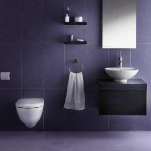 Aranżacja łazienki w kolorze Ultra Violet z fugą Saphir. Fot. Sopro