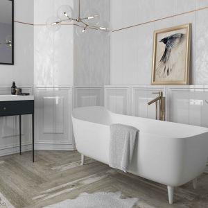 Aranżacja białej łazienki z płytkami z kolekcji Chevron. Fot. Ceramika Paradyż
